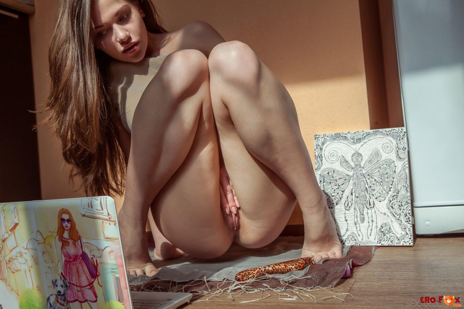 Девушка мастурбирует перед компьютером