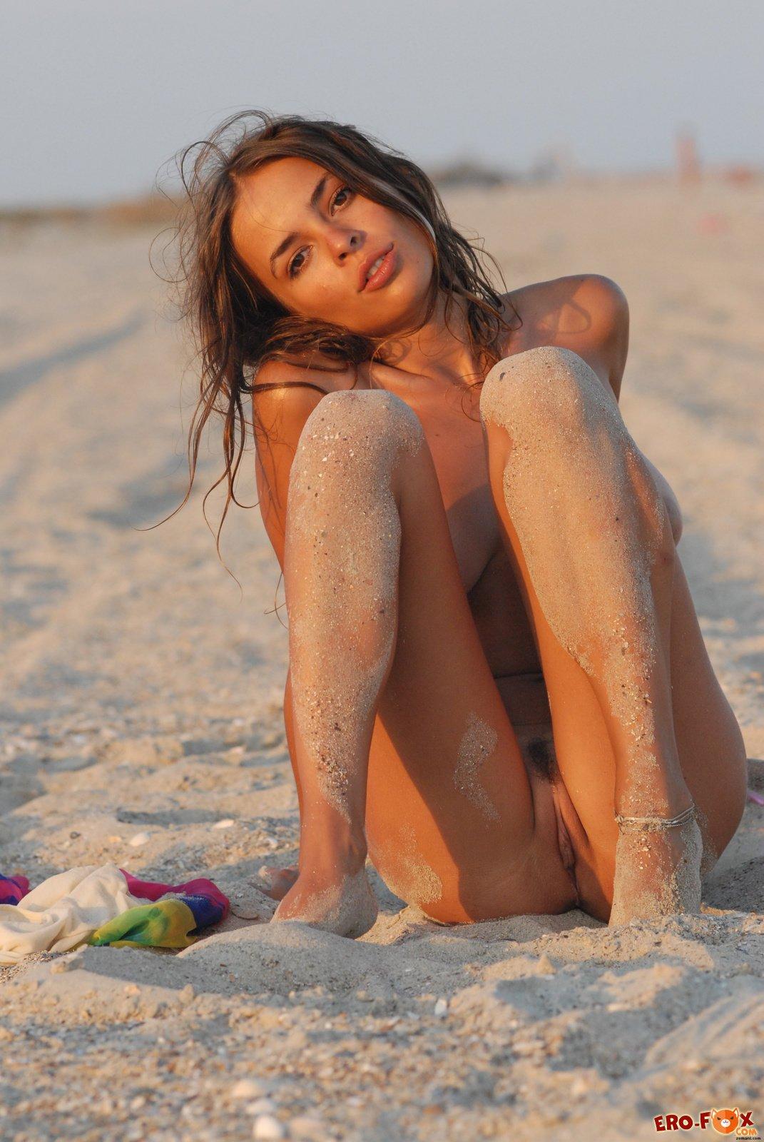 Грудастая девушка загорает на песке фото 91-484