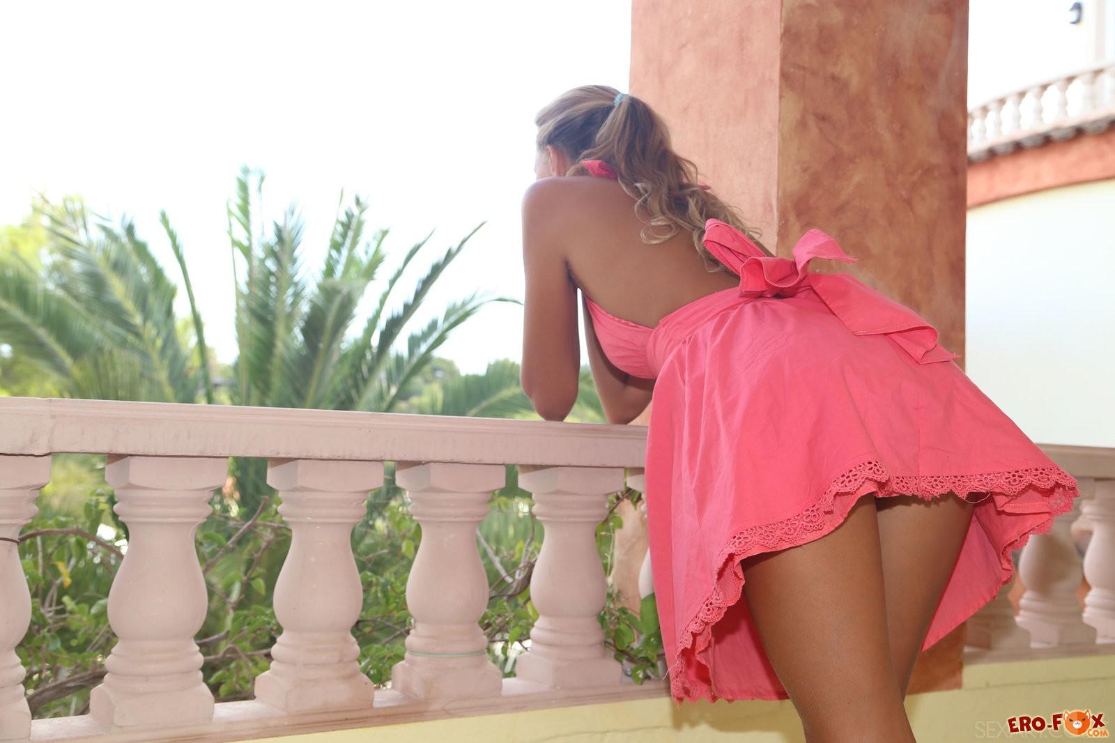 Фото платья без трусиков, Девушка без трусиков под платьем. Фото 3 фотография