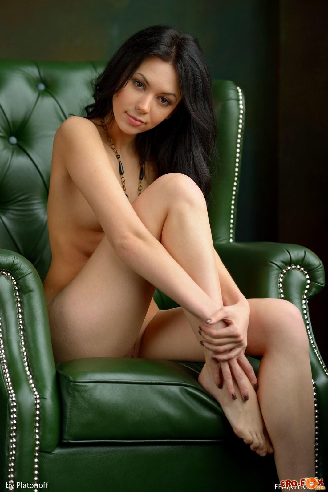 Апскирт фото  подсмотренное под юбкой без трусов