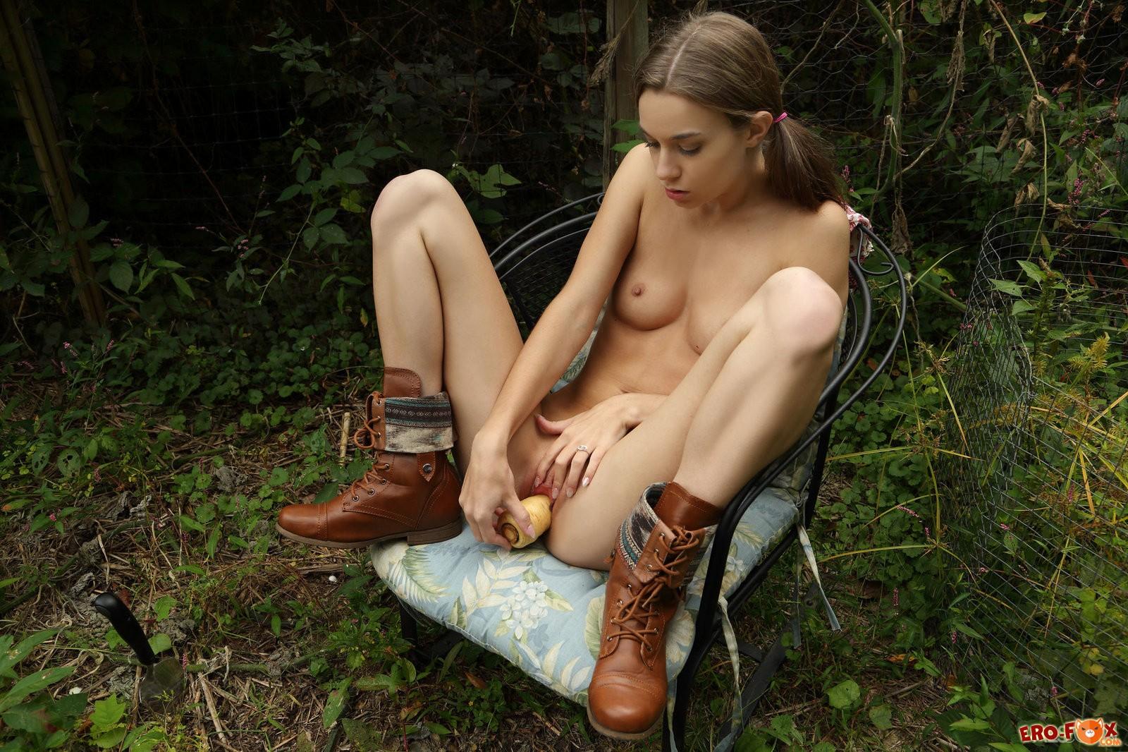Порно дрочка в кустах