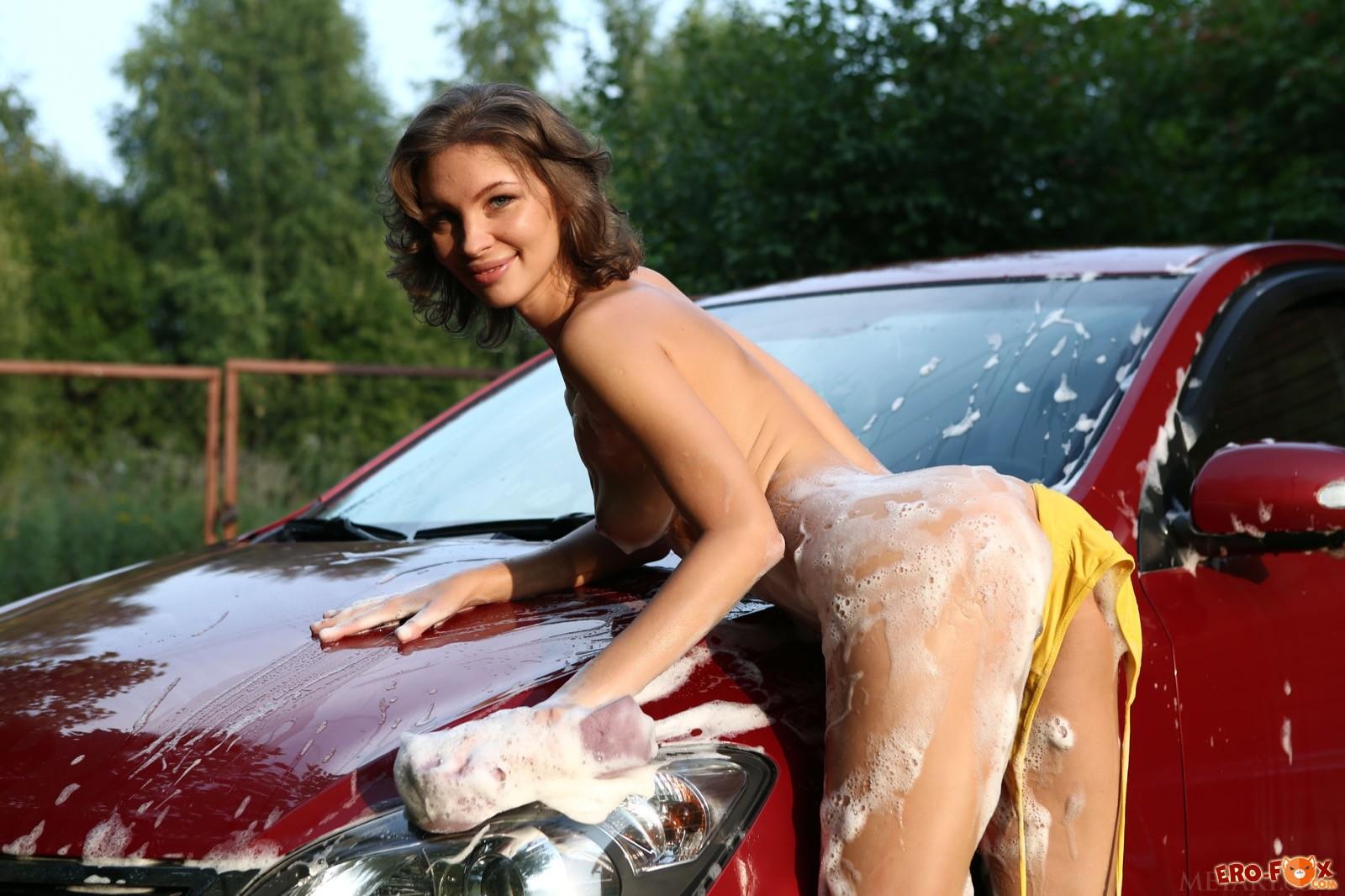 Блондиночка сексуально моет машину